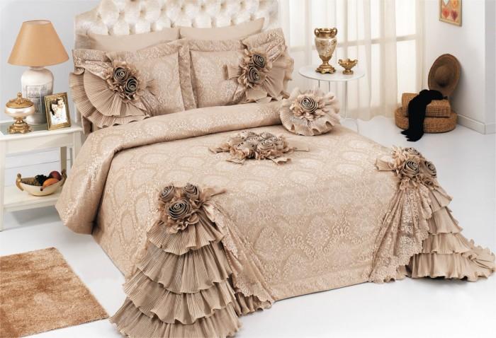 Жаккардовое-покрывало-на-кровать-с-многочисленными-рюшами-украсит-интерьер-эксцентричной-особы-700x478